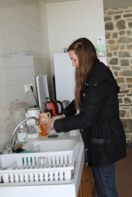 et aider aux tâches ménagères